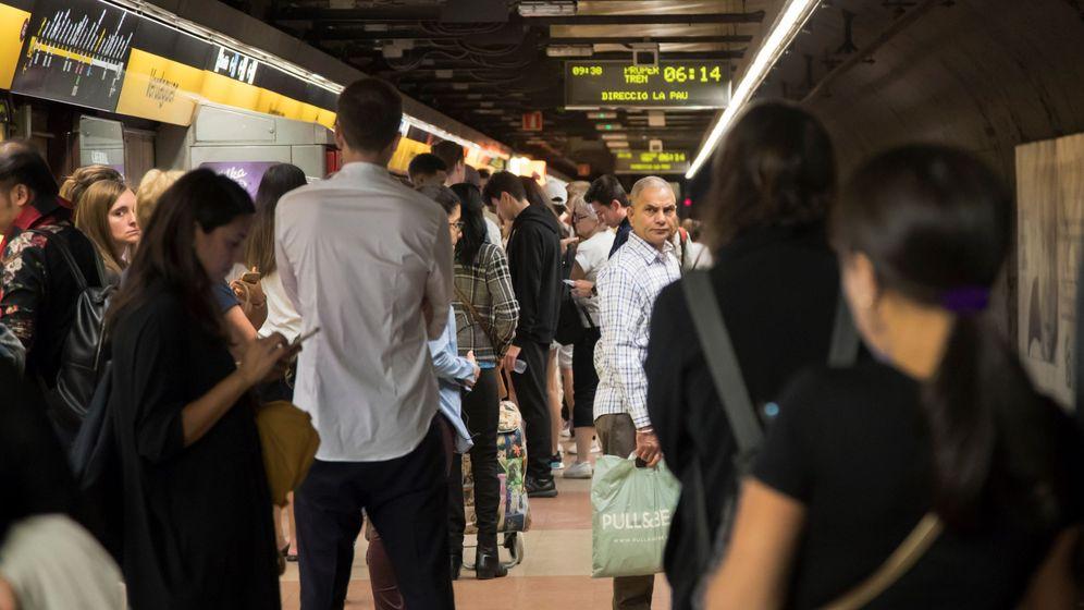 Foto: Aglomeración de pasajeros en la parada de Verdaguer con motivo de la huelga general. (EFE)