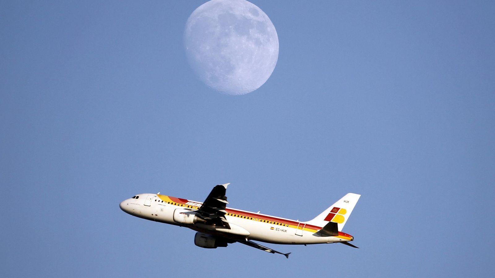 Foto: Un avión de Iberia, empresa incluida dentro del holding International Airlines Group (IAG). (Reuters)
