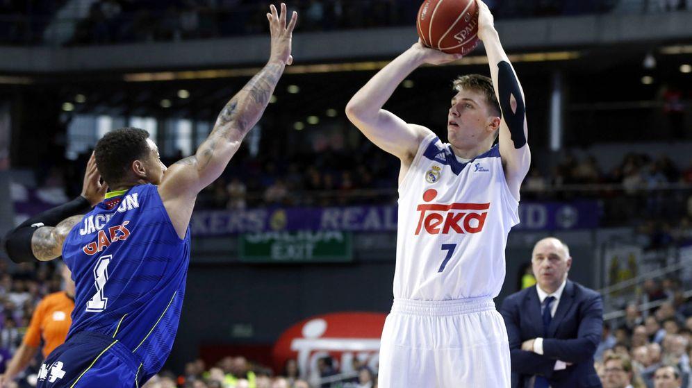 Foto: Luka Doncic lanza ante Edwin Jackson, otro los jugadores seguidos por los ojeadores NBA (ACB Photo/V. Carretero)