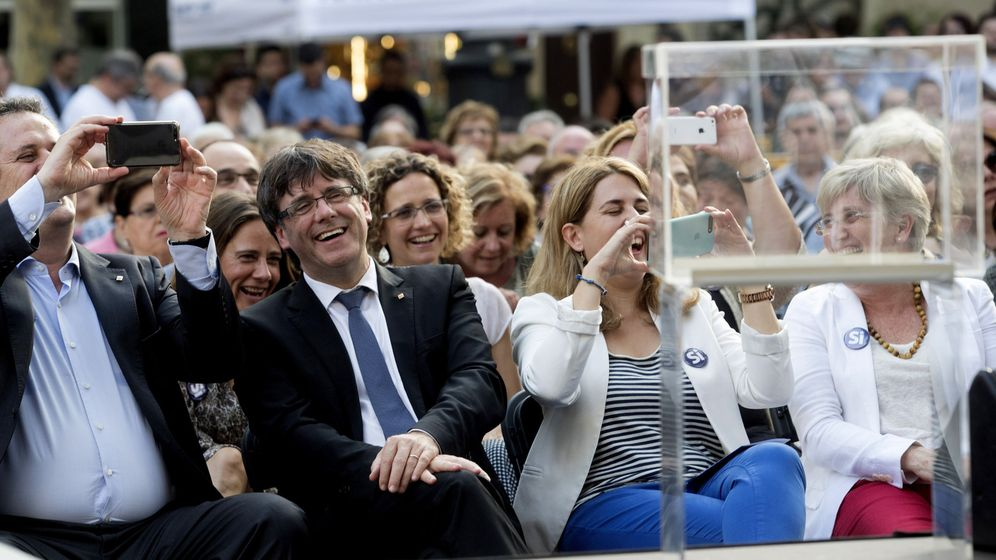 Foto: El presidente de la Generalitat, Carles Puigdemont (2i), junto a la coordinadora general del partido, Marta Pascal (3i), y el 'conseller' Joaquim Forn (i), durante el acto de campaña 'Sí al mejor país', en Barcelona. (EFE)