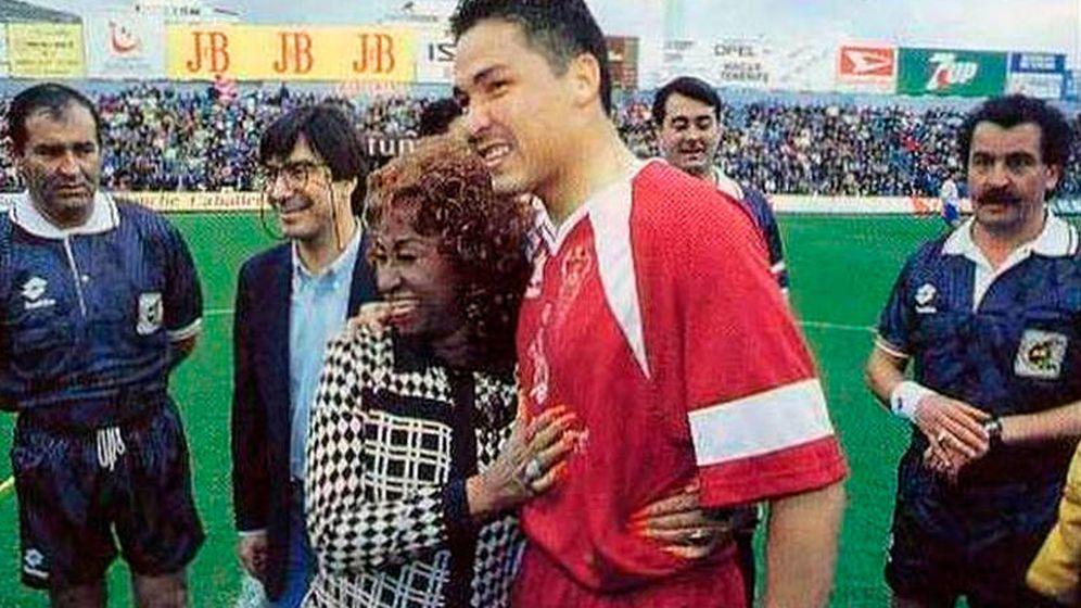 Foto: Rommel, en su época del Albacete, junto a la cantante Celia Cruz. (EFE)