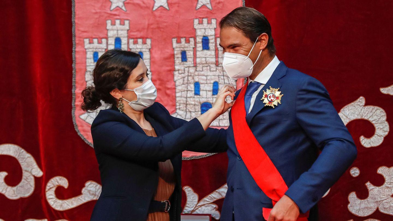 Nadal, recibiendo su condecoración de manos de Isabel Díaz Ayuso. (EFE)