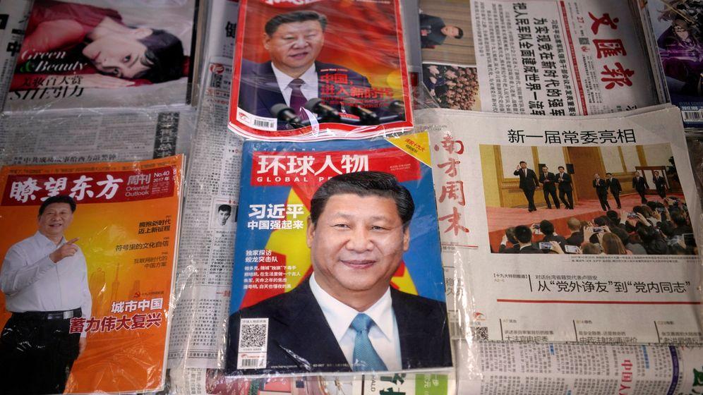 Foto: Revistas chinas muestran el rostro del presidente Xi Jinping en un kiosco de Shanghai, el 27 de octubre de 2017. (Reuters)
