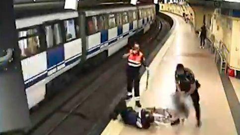 Dos policías salvan la vida a la mujer que saltó a las vías del metro para suicidarse