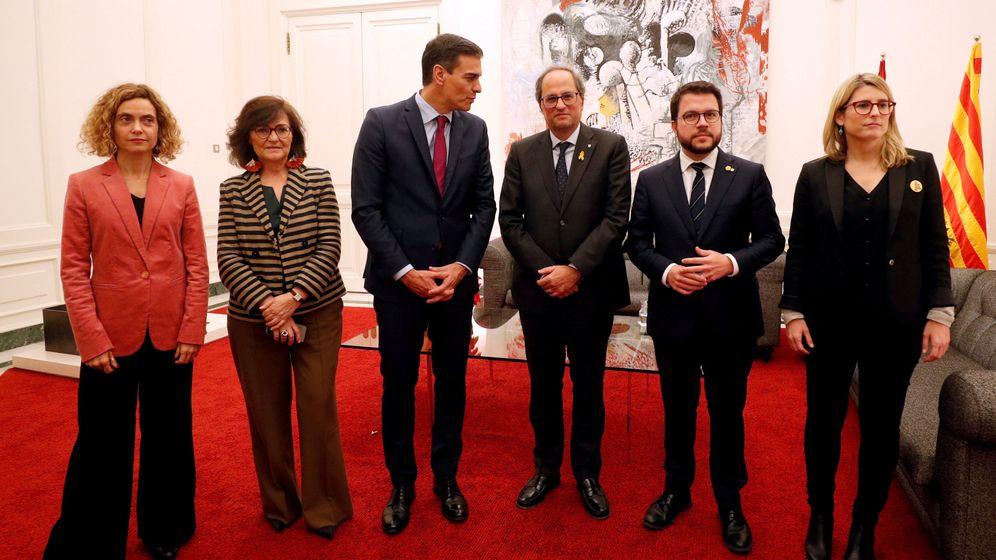 Foto: Meritxell Batet, Carmen Calvo, Pedro Sánchez, Quim Torra, Pere Aragonès y Elsa Artadi, después de las dos reuniones. (Reuters)