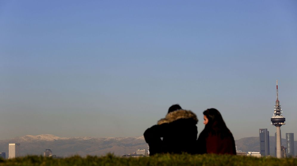 Foto: Dos jóvenes observan desde Madrid la sierra de Guadarrama. (EFE)