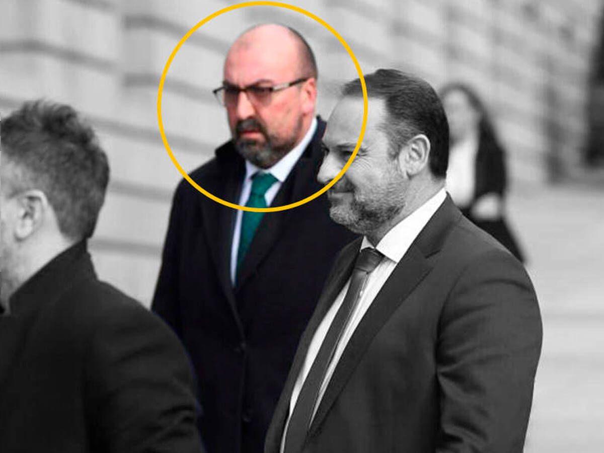 Foto: El asesor de Ábalos, señalado con un círculo amarillo, junto al ministro. (EC)