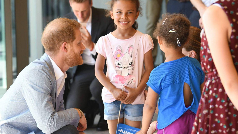 El duque de Sussex junto a los pequeños. (Cordon Press)
