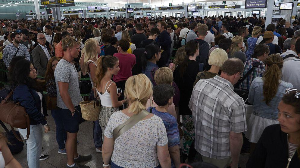 Foto: Las colas en los controles de seguridad han desbordado la terminal T1 del Aeropuerto de Barcelona-El Prat. (EFE)