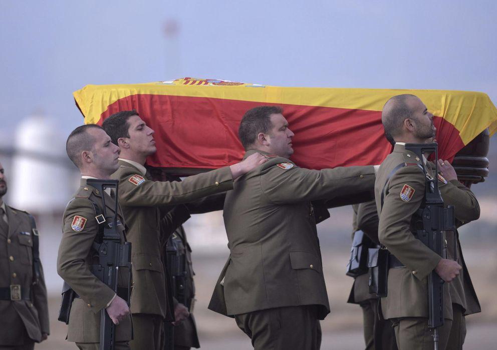 Foto: Compañeros del cabo Francisco Javier Soria Toledo portan el féretro con sus restos mortales a su llegada al aeropuerto de Córdoba. (EFE)