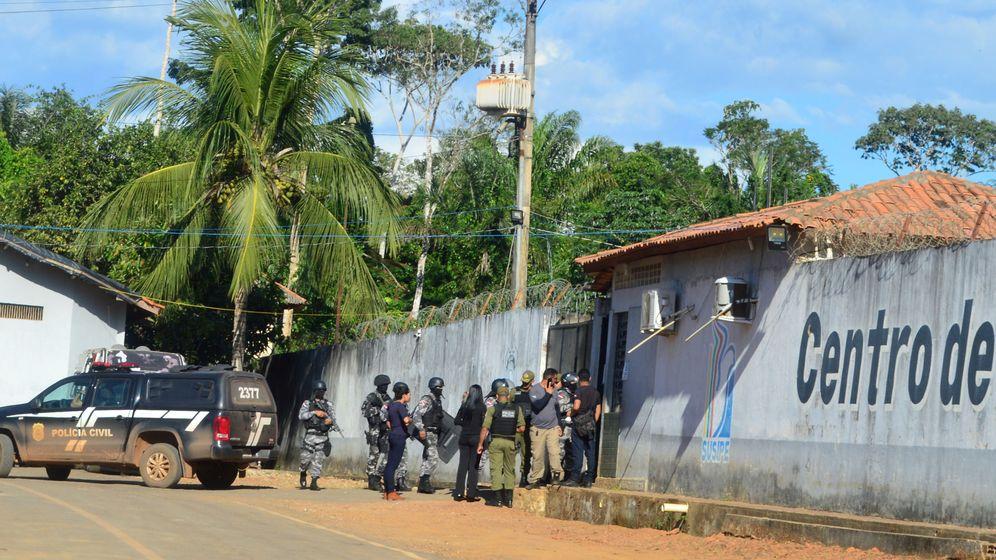 Foto: Miembros del Ejército y de la Policía frente a la prisión donde se ha producido el motín. (Reuters)