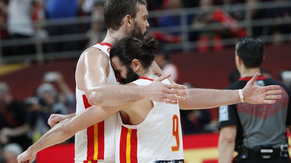 Foto: Marc Gasol y Ricky Rubio se abrazan tras la victoria de España ante Australia en la semifinal del Mundial. (Reuters)