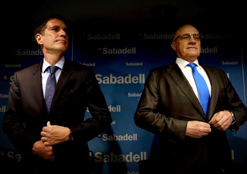 Foto: El presidente de Banc Sabadell, Josep Oliu (d), y su consejero delegado, Jaume Guardiola (Reuters)