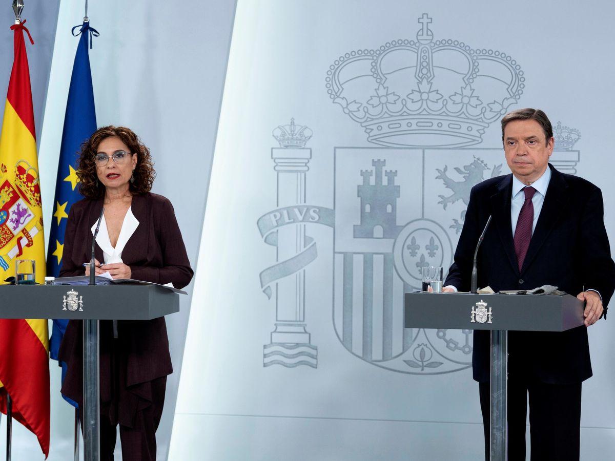 Foto: La ministra de Hacienda y portavoz del Gobierno, María Jesús Montero (i), y el ministro de Agricultura, Pesca y Alimentación, Luis Planas. (EFE)
