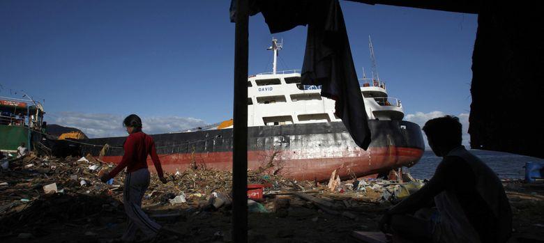 Foto: Un desplazado descansa en un refugio improvisado en Tacloban (Reuters).