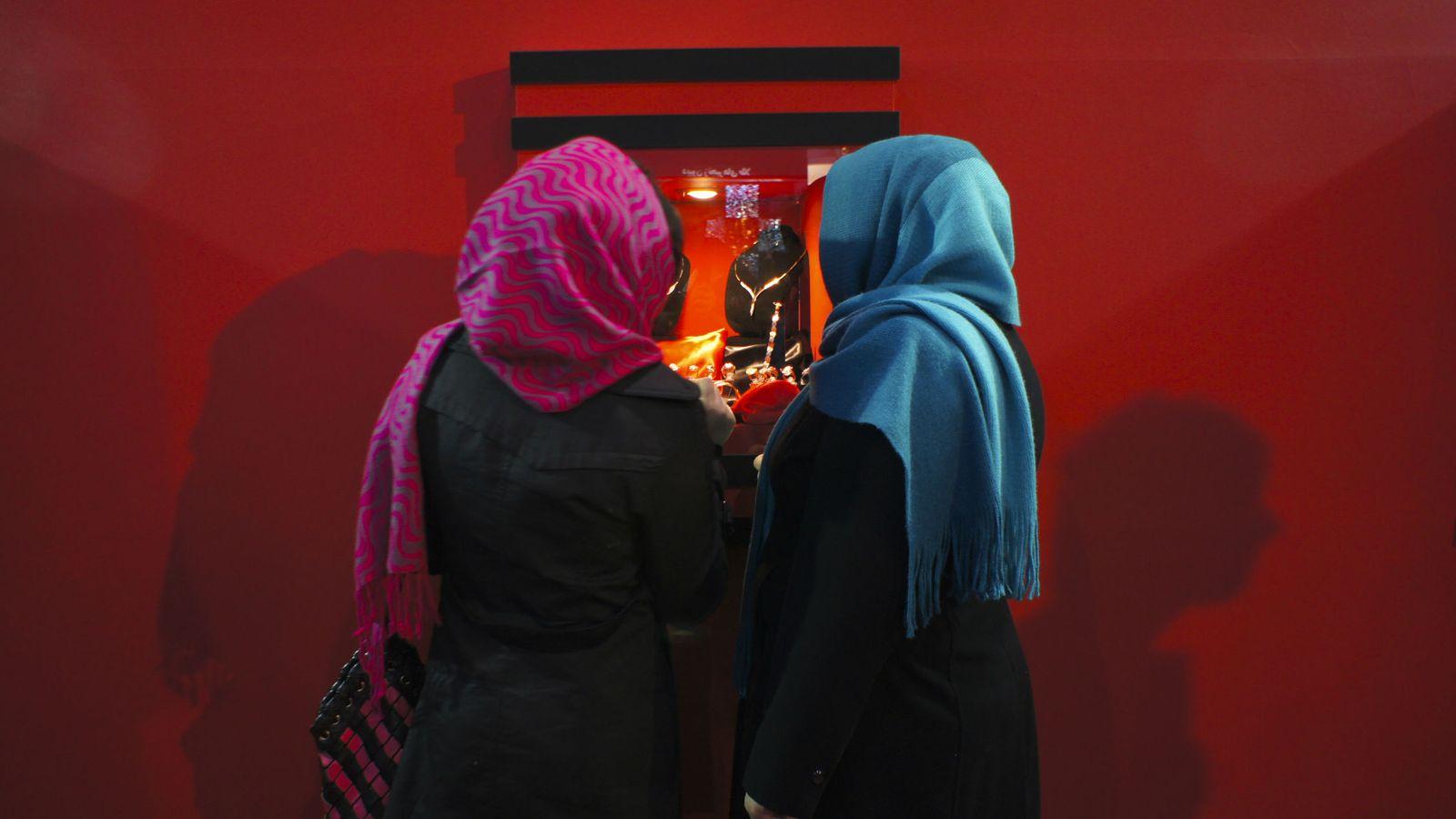 Foto: Dos mujeres iraníes observan un escaparte en un comercio de Teherán (Reuters).