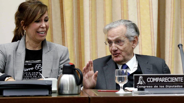 El exministro Rafael Arias-Salgado conversa con la vicepresidenta primera de la comisión territorial y diputada del PP, Alicia Sánchez-Camacho, este 24 de enero en el Congreso. (EFE)