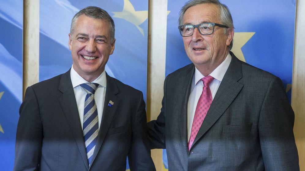 Foto: El lendakari, Iñigo Urkullu (i), posa para los fotógrafos junto al presidente de la Comisión Europea, Jean-Claude Juncker. (EFE)