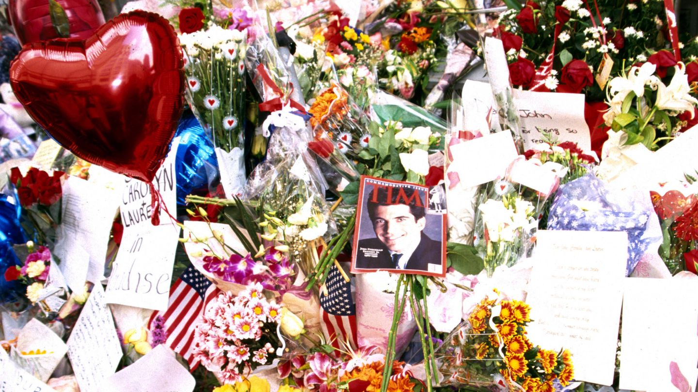 Multitud de ramos de flores y objetos a las puertas de la residencia neoyorquina de Carolyn y John. (Cordon Press)