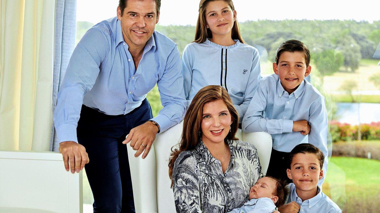 Luis Alfonso de Borbón, junto a su esposa, Margarita de Vargas, y sus hijos. (EFE)