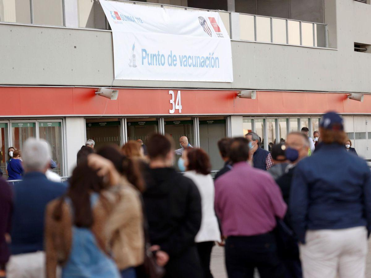 Foto: Vista de las personas que esperan para recibir la vacuna. (EFE)