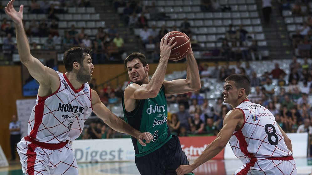 Foto: Alberto Abalde (centro) es una de las mayores promesas del baloncesto español (Alejandro García/EFE)