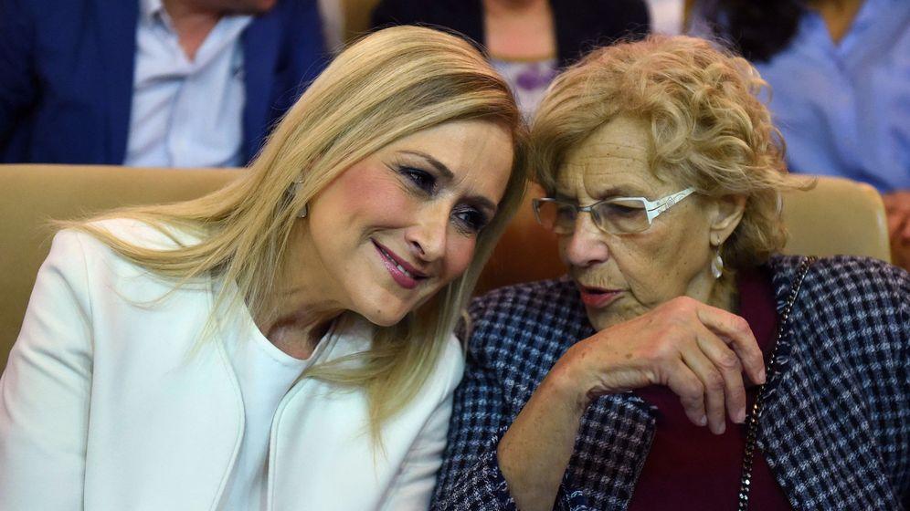 Foto: La presidenta de la Comunidad de Madrid, Cristina Cifuente, conversa con la alcaldesa de Madrid, Manuela Carmena. (EFE)