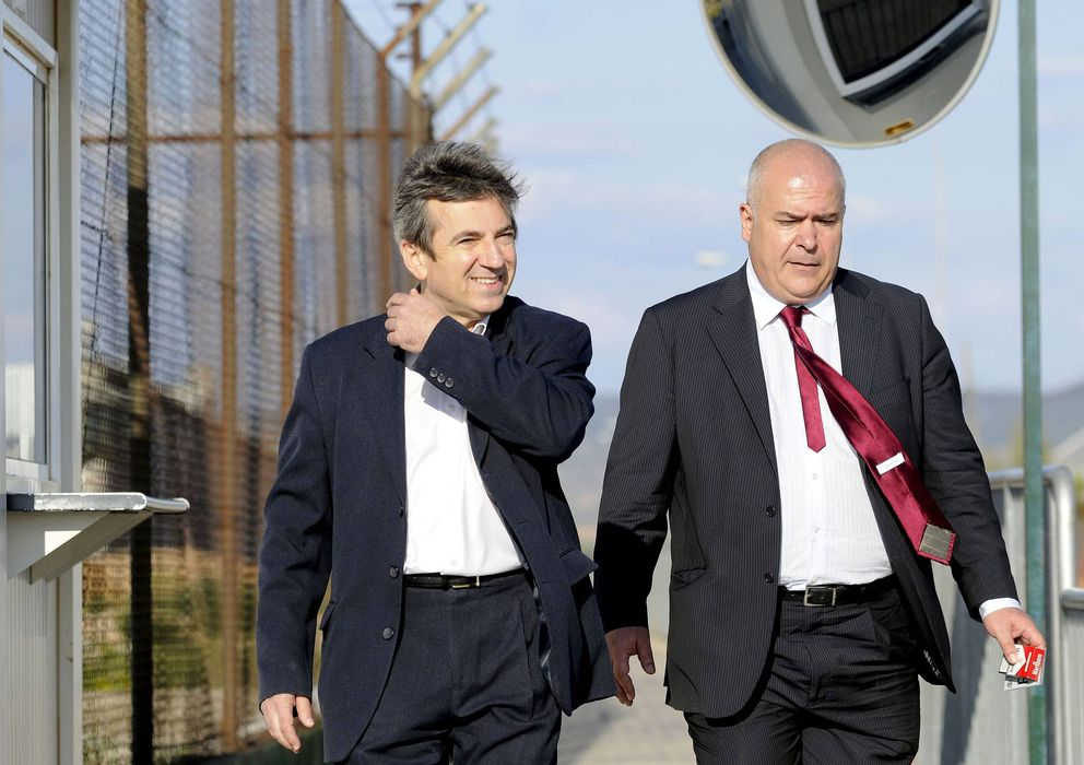 Foto: El ex jefe de la Policía Local de Coslada Ginés Jiménez sale de la cárcel acompañado por su abogado. (Efe)