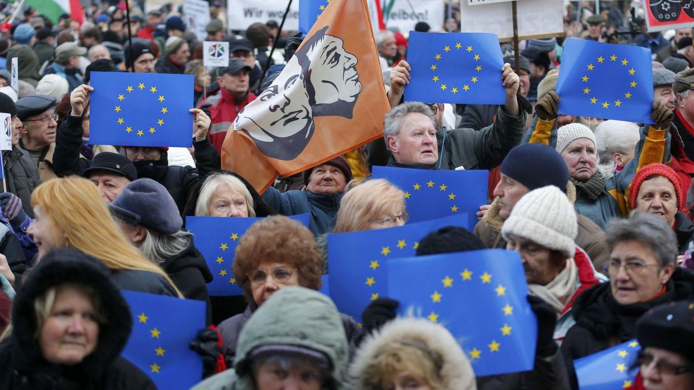 Protestas a favor de la UE y contra Orbán frente al Parlamento, en Budapest, en febrero de 2015. (Reuters)
