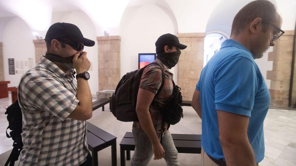 Foto: Agentes de la Guardia Civil a su salida de la sede de parlamento de Cataluña. (EFE)