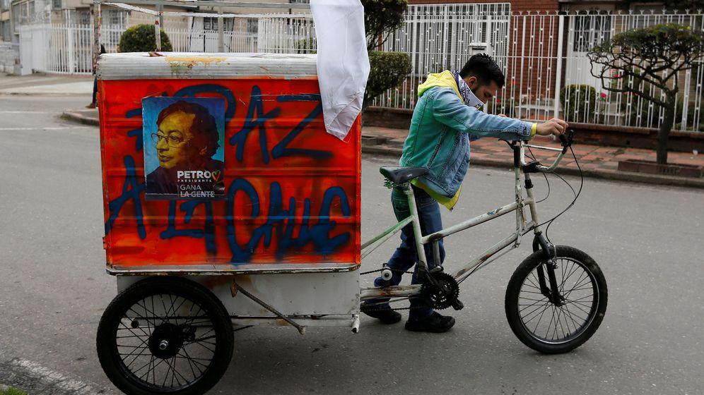 Foto: Un hombre arrastra un triciclo en el que transporta propaganda electoral del candidato Gustavo Petro en Bogotá, el 21 de mayo de 2018. (Reuters)