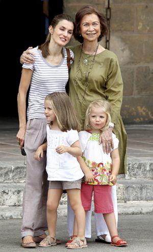La Reina acompaña a Doña Letizia y sus nietas al museo del vidrio
