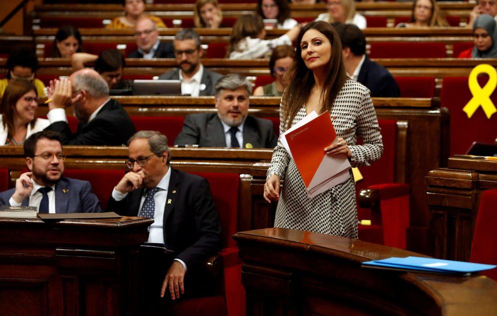 Foto: La presidenta del grupo parlamentario de Ciudadanos, Lorena Roldán, pasa junto a Quim Torra. (EFE)