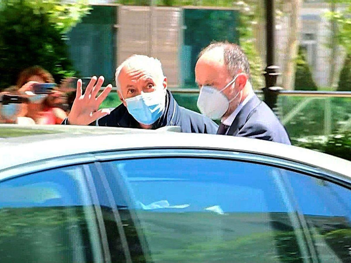 Foto: Captura de vídeo que muestra al productor José Luis Moreno (c-i) a su salida de la sede de la Audiencia Nacional. (EFE)