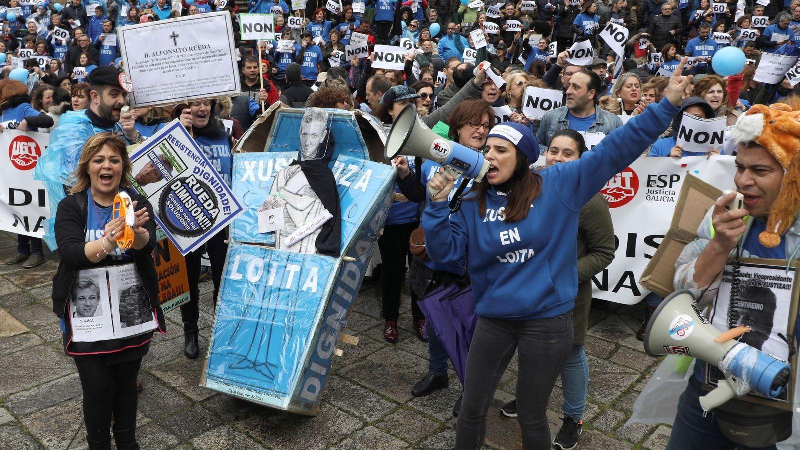 Foto: Manifestación en Santiago de Compostela de los sindicatos dos meses después de la huelga indefinida de la Justicia en Galicia. (EFE)