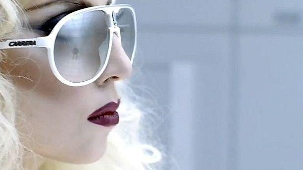 Foto:  Lady Gaga con unas gafas Carrera en el videoclip 'Bad Romance'