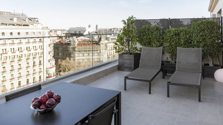 Terraza con vistas a paseo de Gràcia de un apartamento del Grupo Majestic.