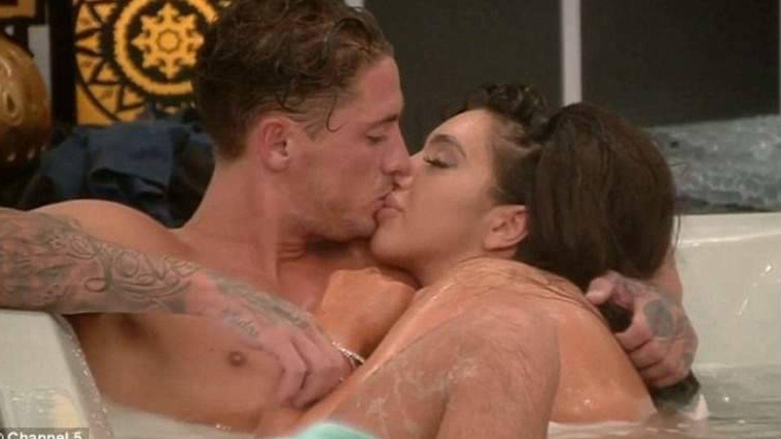 Foto: Chloe Kan y Stephen Bear, en el jacuzzi del 'Celebrity Big Brother'.