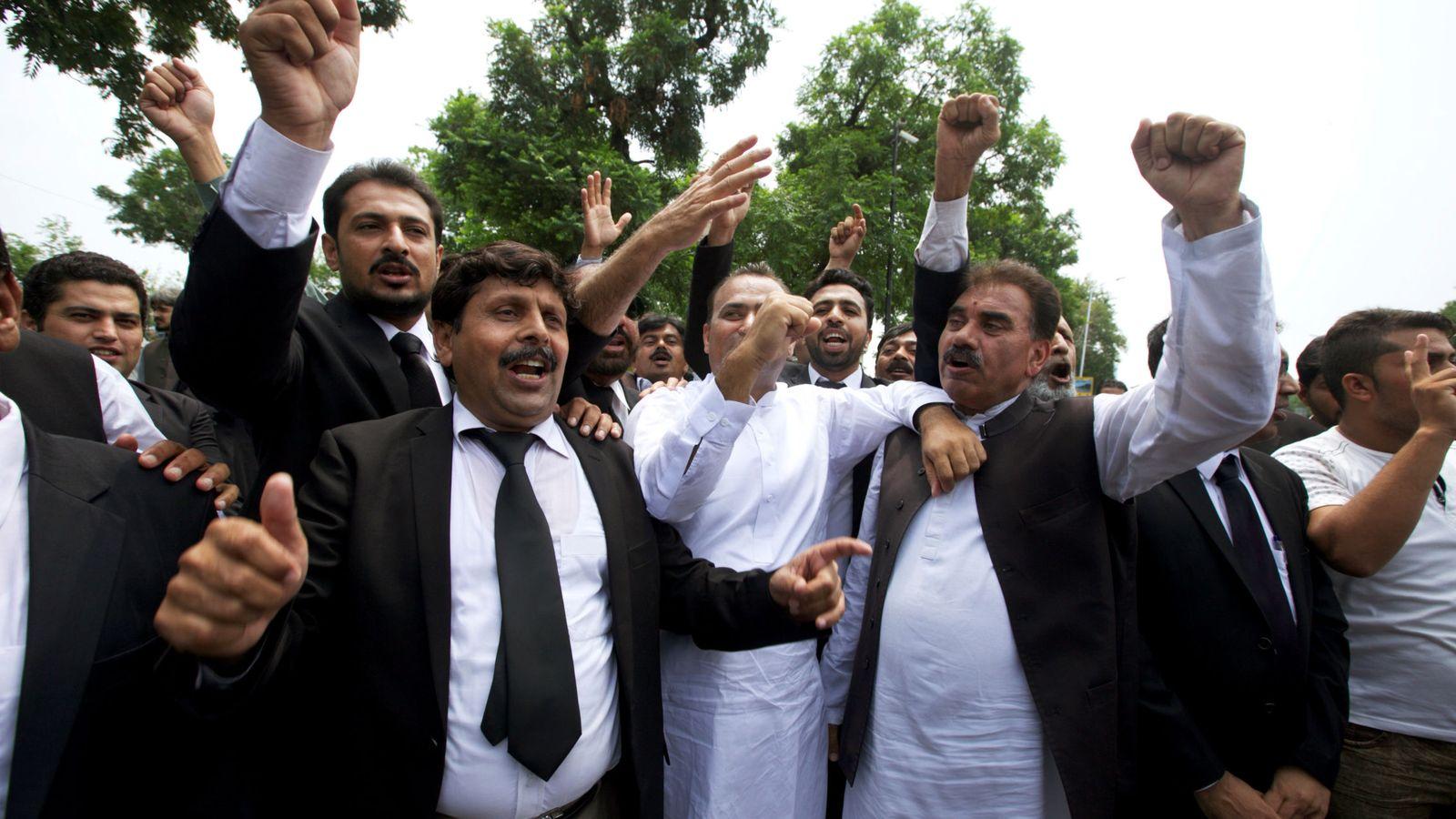 Foto: Una multitud entona lemas de protesta contra el primer ministro ante el Tribunal Supremo, Islamabad. (Reuters)