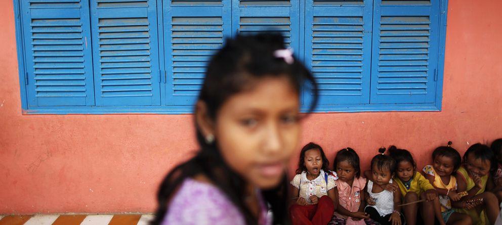 Foto: Niños camboyanos esperan la llegada de ayuda humanitaria en las afueras de Phnom Penh. (Reuters)