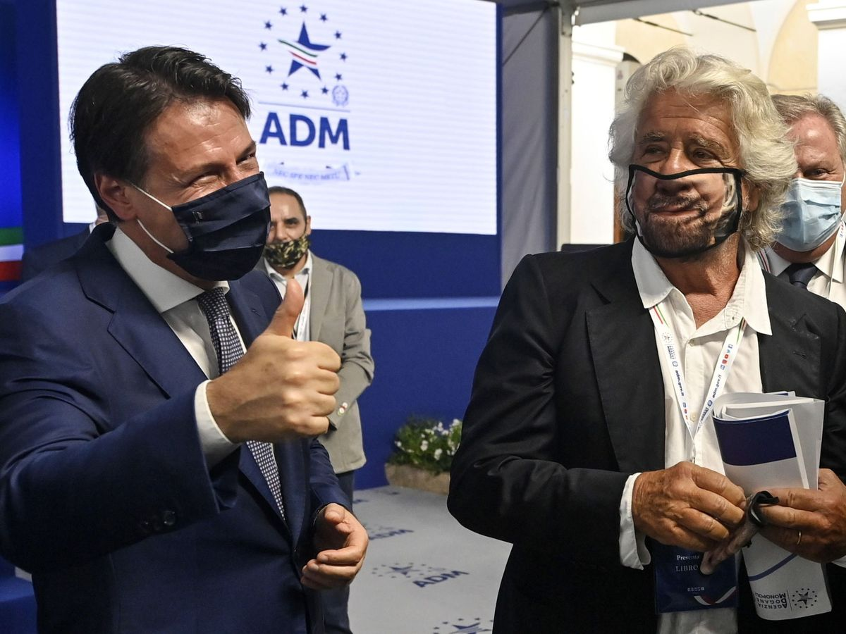 Foto: El ex primer ministro Giuseppe Conte (izq.) junto al fundador del M5S, Beppe Grillo. (EFE)