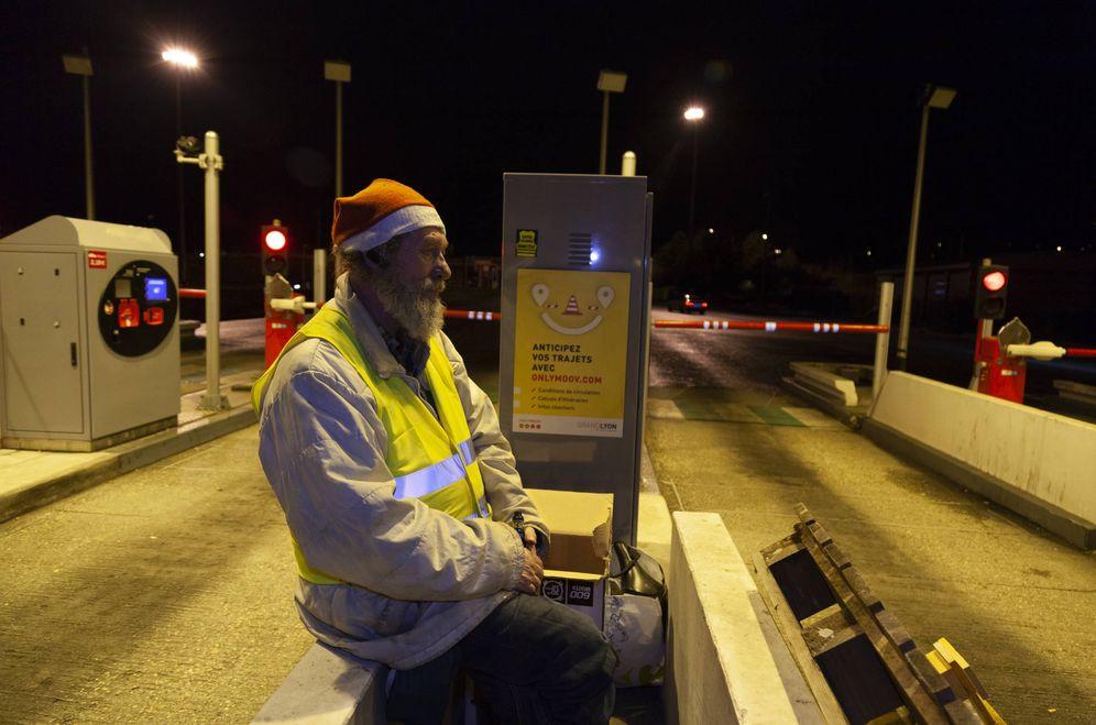 Foto: Michel, 63 años, camionero ya jubilado en el peaje del TEO de Caluire. (Koldo Byka)