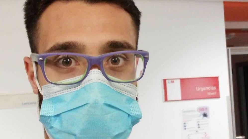 Foto: Manu Rosales, con mascarilla, durante su trabajo en el Hospital Puerta de Hierro