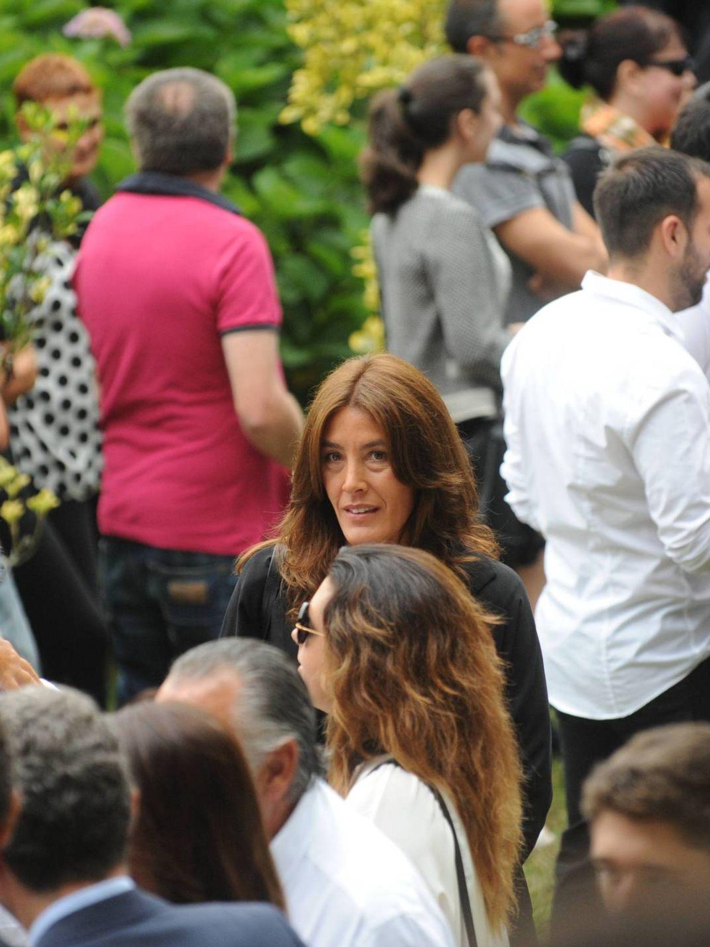 Dolores saluda a un invitado al funeral de Rosalía Mera, en presencia de Eva Cárdenas. (CP)