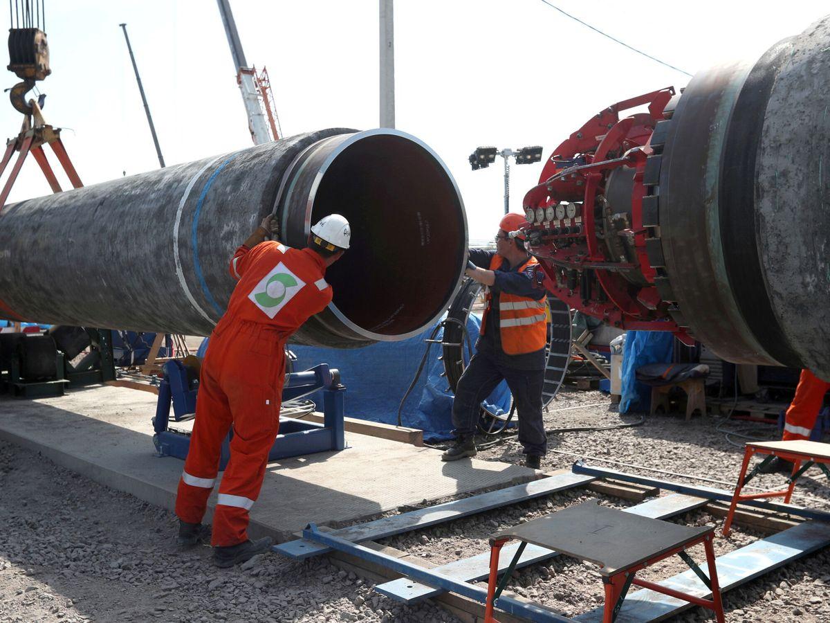 Foto: Trabajadores unen dos tubos del gasoducto Nord Stream 2 en Rusia. (Reuters)
