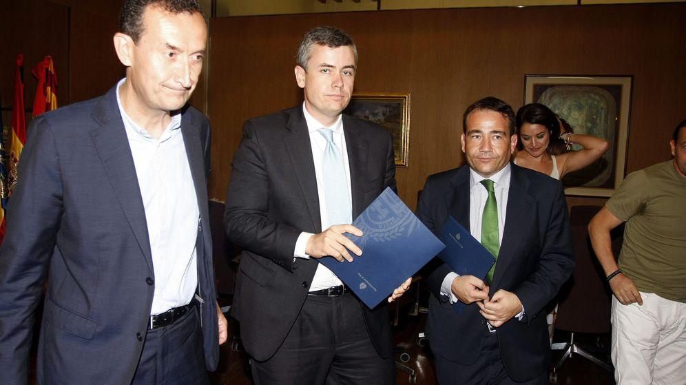 Foto: El alcalde de Elche (i), Francisco de la Torre, de Skyline (c), y Manuel Illueca, del IVF (d). (Efe)