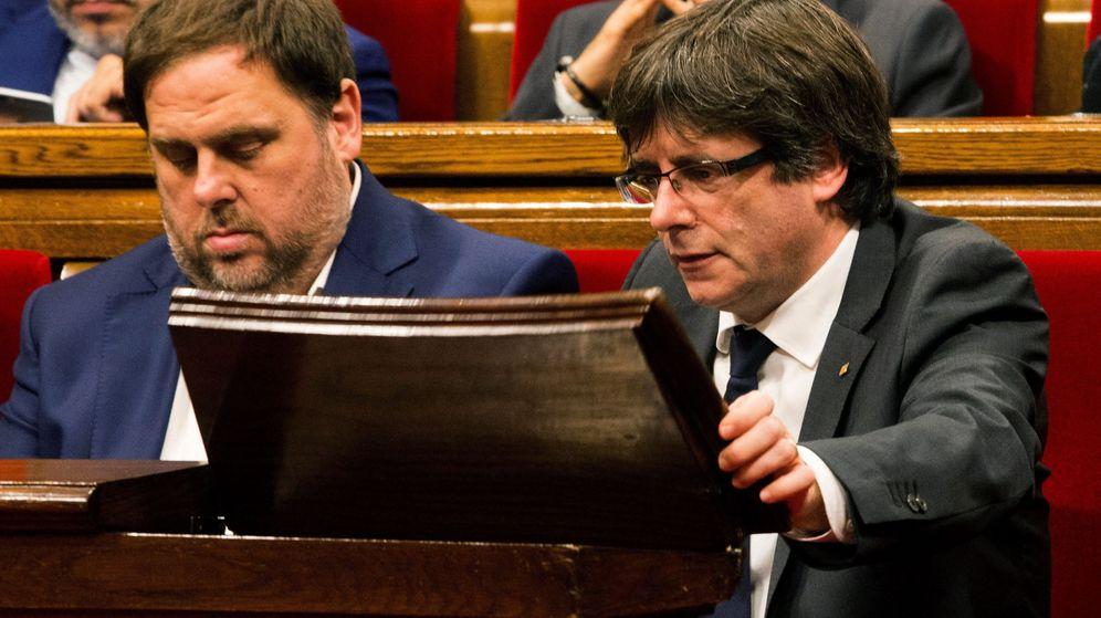 Foto: El 'expresident' de la Generalitat Carles Puigdemont y el exvicepresidente Oriol Junqueras, en el Parlament en vísperas del 1-O de 2017. (EFE)