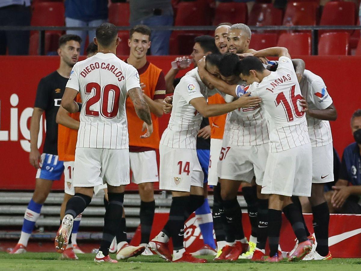 Foto: Los jugadores del Sevilla celebran la victoria en el encuentro inaugural. (EFE)