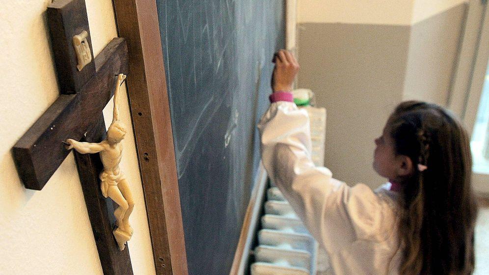 Foto: Una estudiante en un crucifijo en un colegio de Pisa. (EFE)