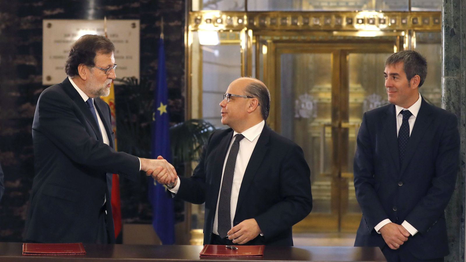 Foto: Mariano Rajoy saluda al secretario general de Coalición Canaria, José Miguel Barragán, en presencia del presidente de Canarias, Fernando Clavijo (EFE)